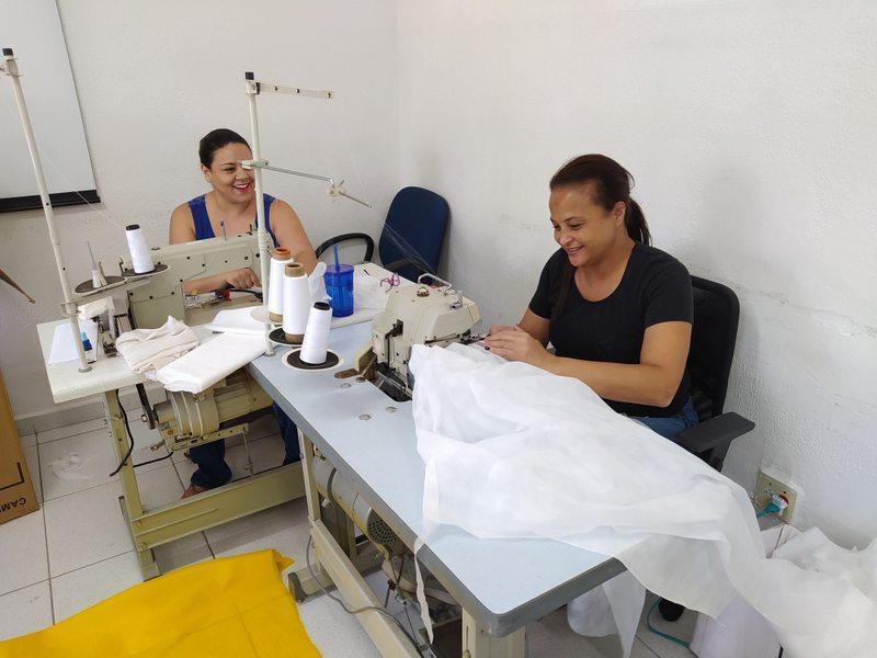 Prefeitura de Itapecerica da Serra confecciona aventais para profissionais da saúde - Foto: ASCOM/PMIS