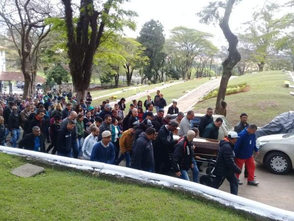 Centenas de pessoas participam do enterro de Dilma Oliveira, em Taboão da Serra