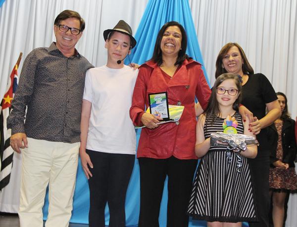 """Premiação e lançamento do livro """"A Evolução da Arte no Mundo"""" lota o Cemur em Taboão da serra"""