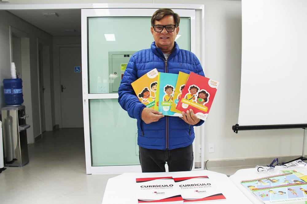 O secretário de Educação, Prof. João Medeiros apresenta materiais que serão entregues aos alunos da Prefeitura de Taboão da Serra. Foto: Ricardo Lima