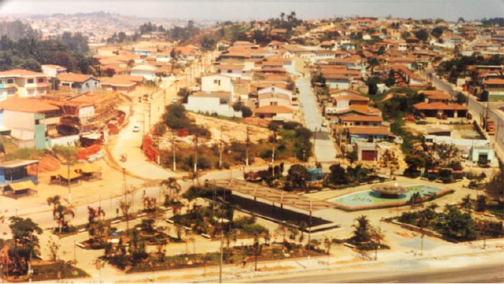 Uma das dezenas de fotos disponíveis no site é essa da Praça Nicola Vivilechio, no centro da cidade, que na década de 70 ainda se chamava Praça 31 de março. A foto é do acervo do Jornal Gazeta do Taboão.