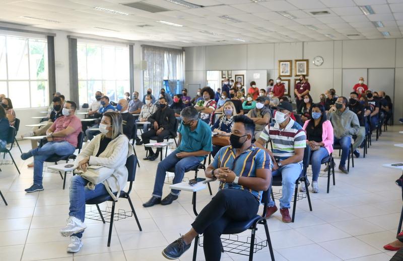 Prefeito de Itapecerica da Serra se reúne com representantes do comércio de beleza