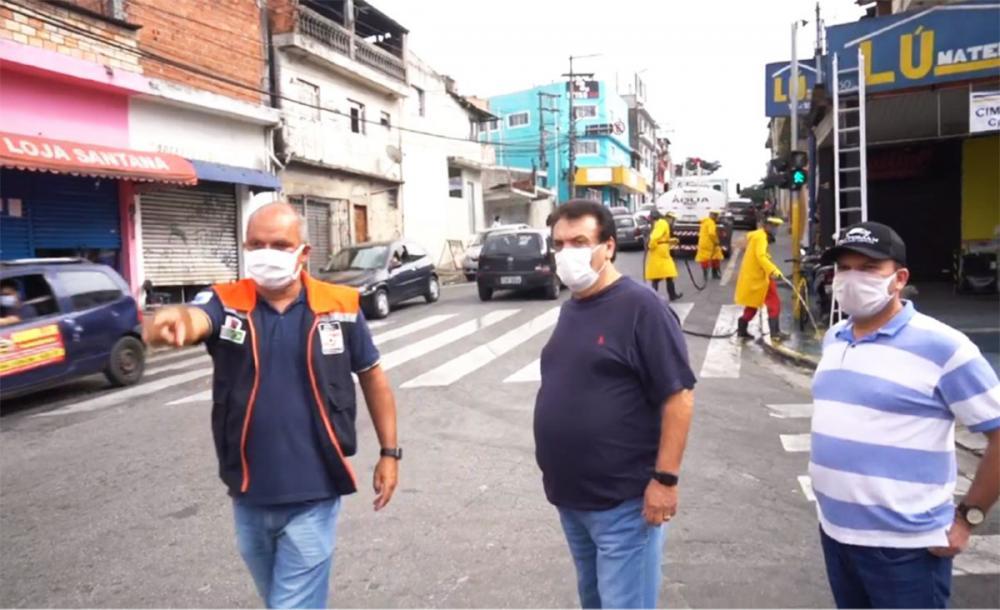 Prefeito Fernando Fernandes acompanhando uma das ações de limpeza e desinfecção nas ruas do Jardim Leme. Foto: Reprodução/Facebook