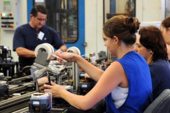Confiança da indústria aumenta 3,2 pontos de abril para maio, diz FGV