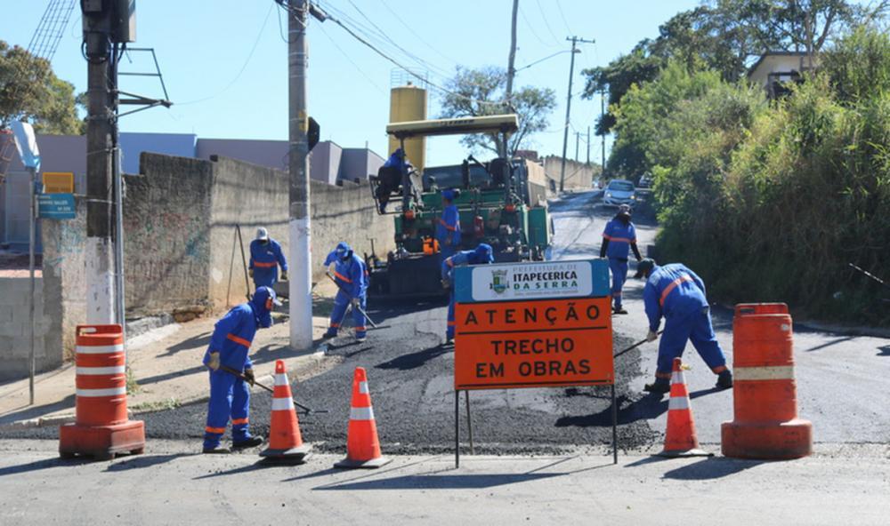 Itapecerica da Serra implanta asfalto novo em mais uma via