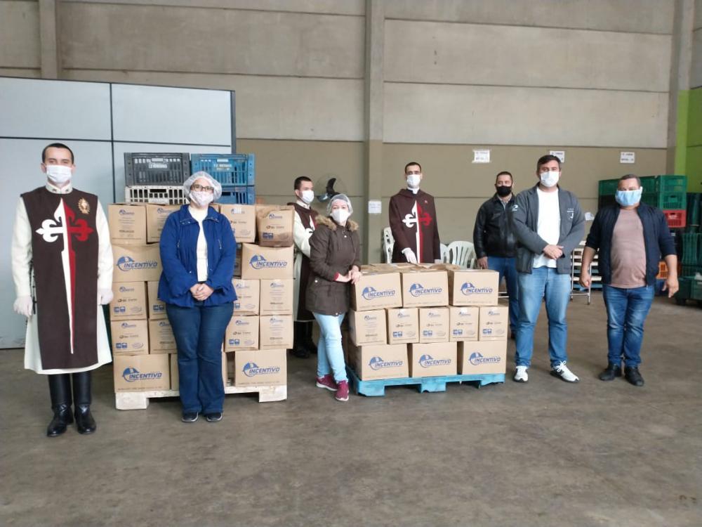 Arautos do Evangelho doam 100 cestas básicas a famílias de Embu das Artes - Foto: PMEA