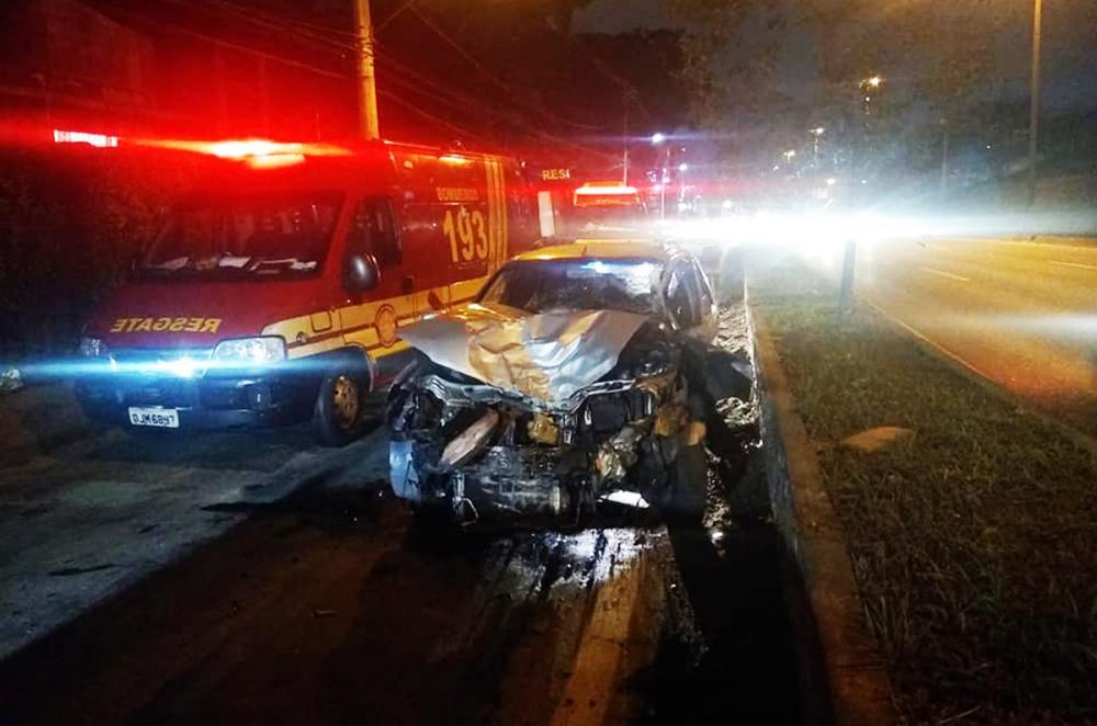 Taboão da Serra: carro colide em muro e quatro pessoas ficam feridas
