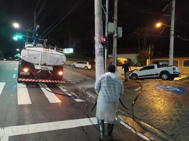 A Prefeitura vem realizando a higienização de vias da cidade para prevenir o contágio do novo Coronavírus - Foto: PMIS
