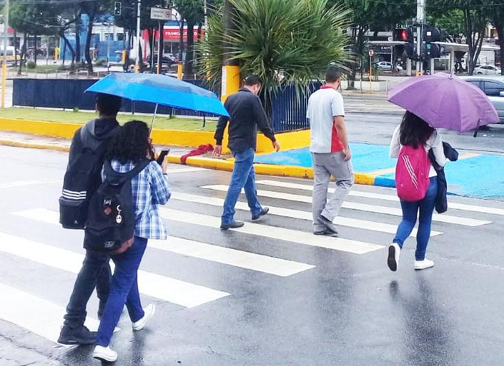 Sábado amanhece com chuva e baixa temperatura em Taboão da Serra