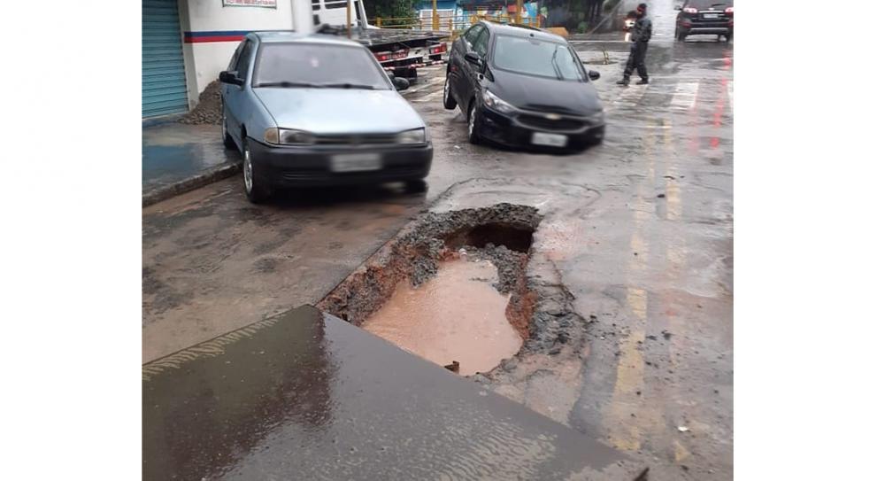 Taboão da Serra: carros caem em buracos de obra da Sabesp na rua