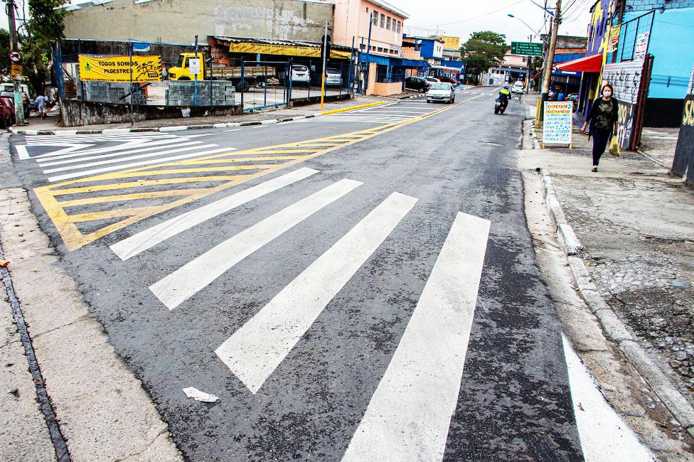 Ruas de Taboão da Serra recebem renovação de sinalização horizontal