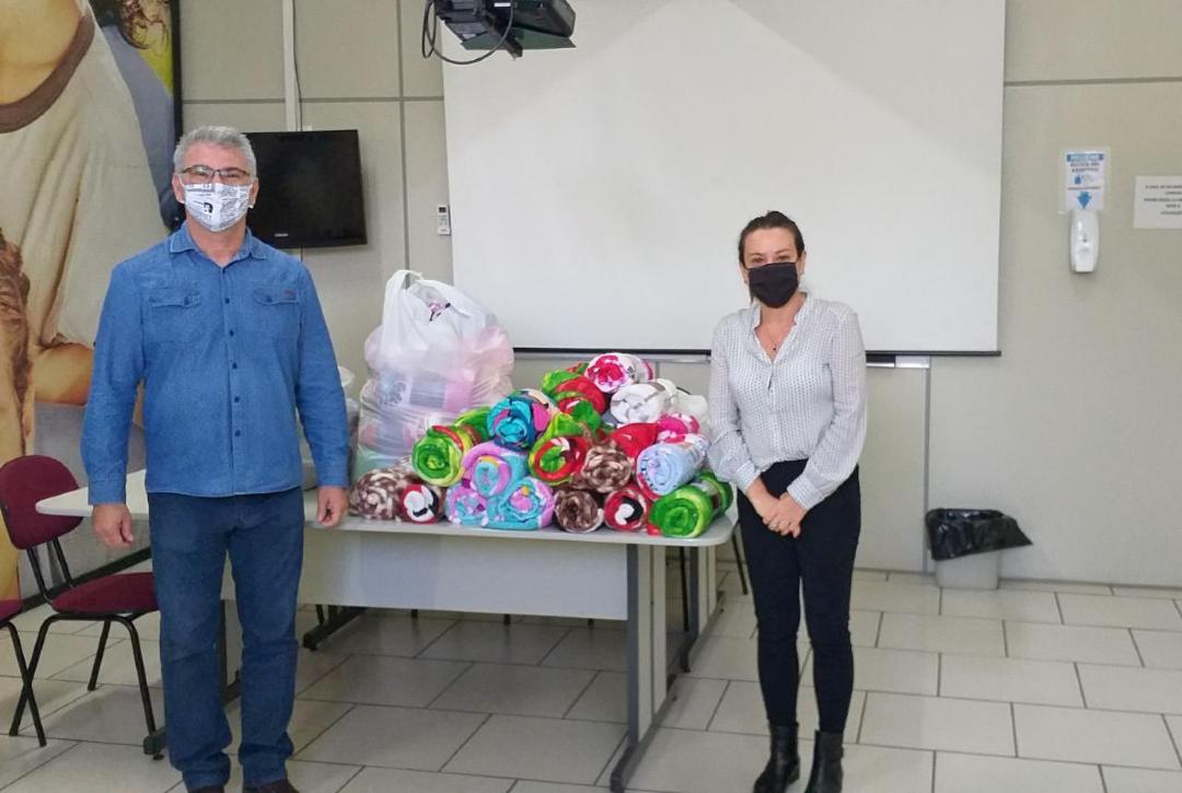 Mogi Guaçu: Lojas Aurora Guaçuana e ACIMG doam cobertores para Campanha Inverno Solidário
