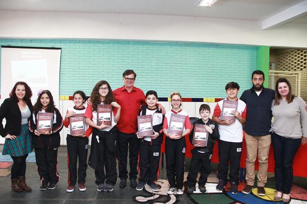 Alunos da EMEF Maria Alice Borges recebem livro histórico sobre Taboão da Serra