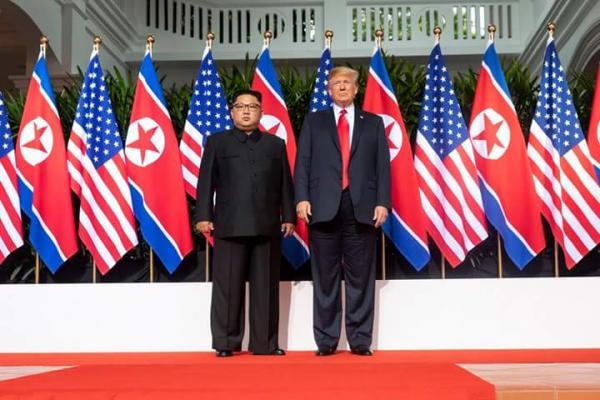 Trump e Kim Jong-Un assinam acordo; Trump convida Kim para ir à Casa Branca