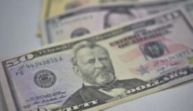 Dólar fecha semana em baixa e já acumula em outubro recuo de 8,06%