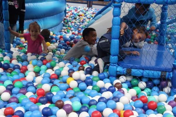 Pacientes do CAPSi de Taboão da Serra participam de atividade em homenagem ao Dia das Crianças em shopping